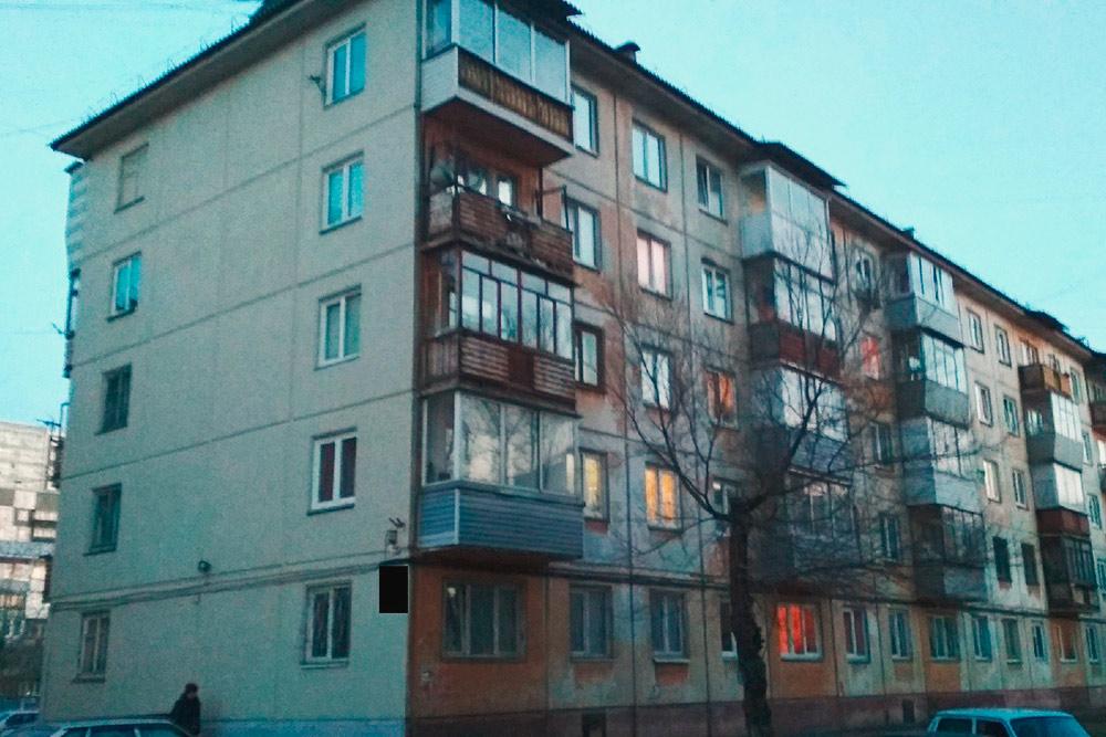 Фасады домов на ул.{amp}amp;nbsp;Свердловская покрасили, но только со стороны, которую видно с дороги