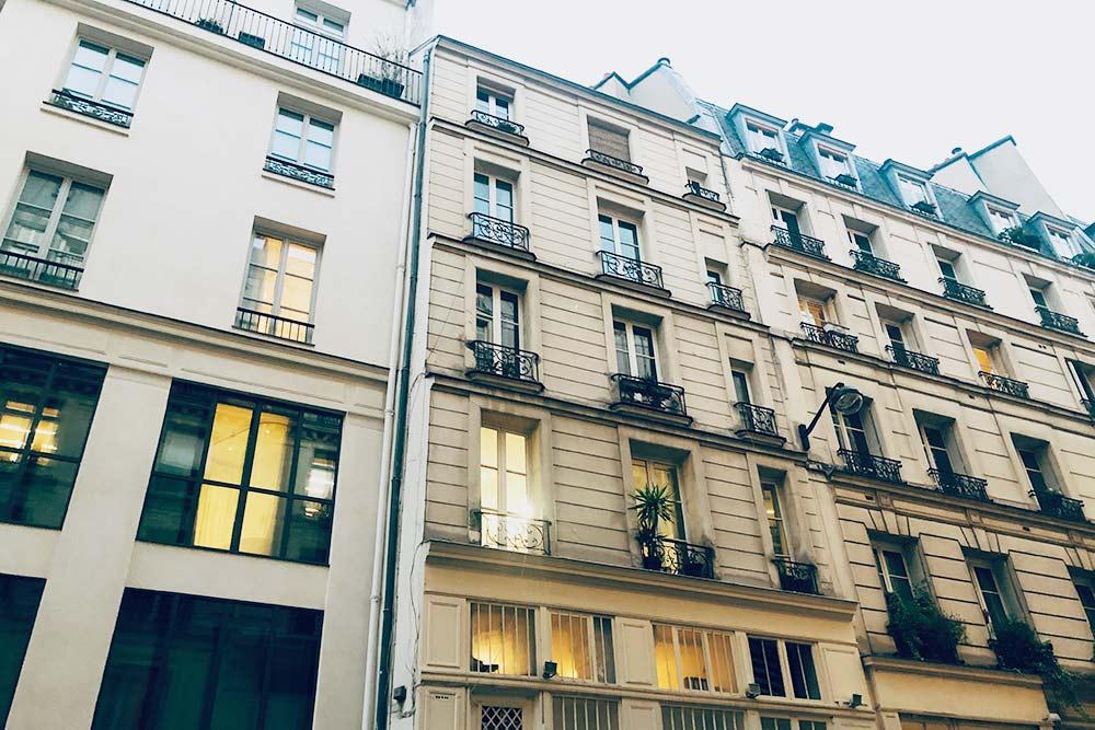 Я живу в типичном для центра Парижа доме. Обычно в таких зданиях крутые и узкие винтовые лестницы и часто нет лифта