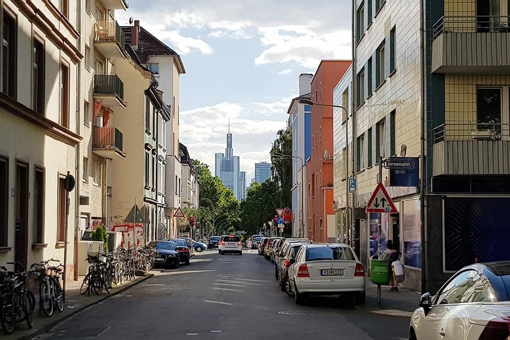 А так небоскребы смотрятся из старого квартала Франкфурта
