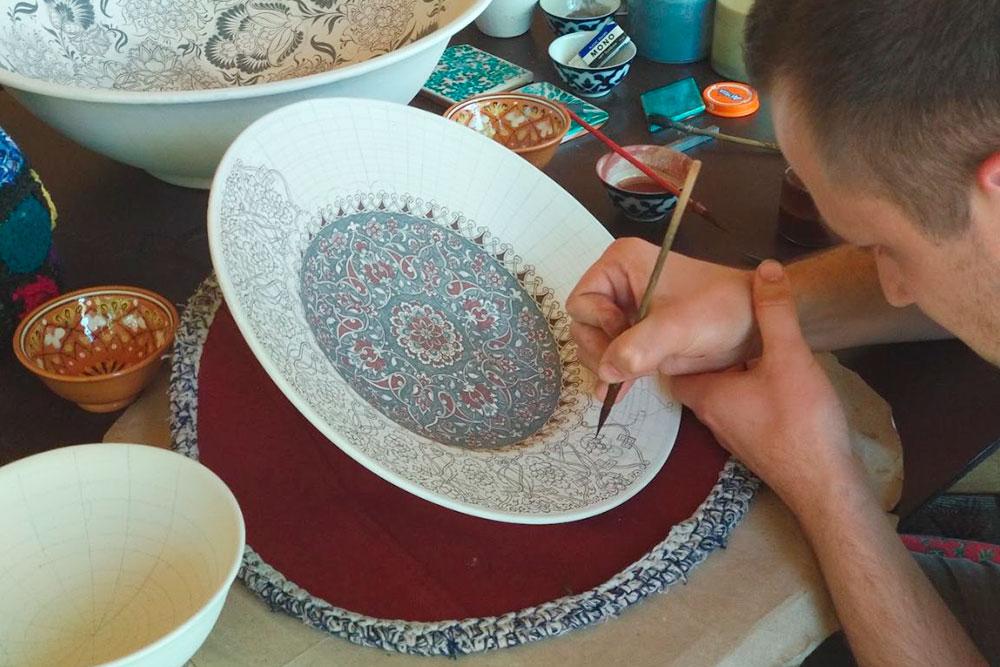 В Узбекистане мы побывали в мастерской по изготовлению керамики. После обжига тарелок на них наносят рисунок тонкой кистью. Все краски натуральные, сделаны из перетертых трав и фруктов