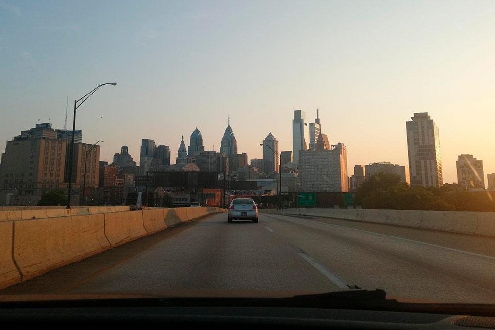 При въезде в Филадельфию открывается вид на главные небоскребы Либерти-Плейс1 и 2, Меллон-центр. Слева от них на вершине Сити-холла можно разглядеть статую Уильяма Пенна — отца-основателя США и Филадельфии