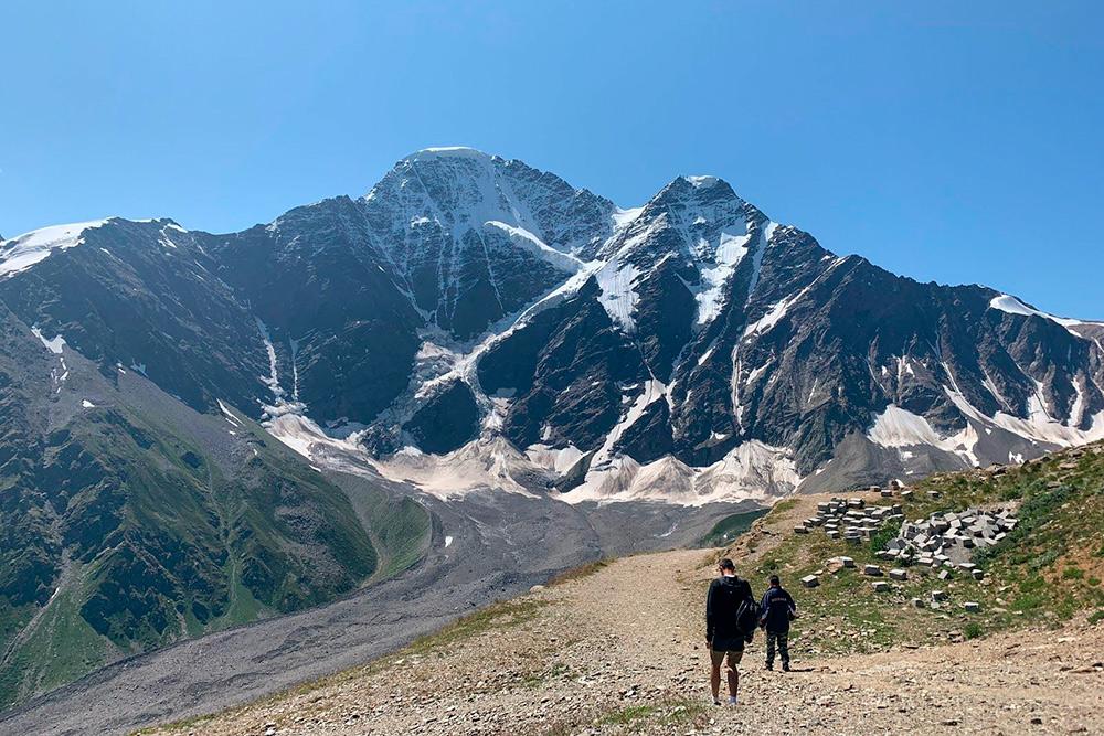 По дороге на гору Чегет открываются потрясающие виды. Это уже горы Грузии: внизу в ущелье проходит государственная граница. В горах она условная, потому что места труднопроходимые. Из-за этого нет заборов и пограничников. Граница — сами горы