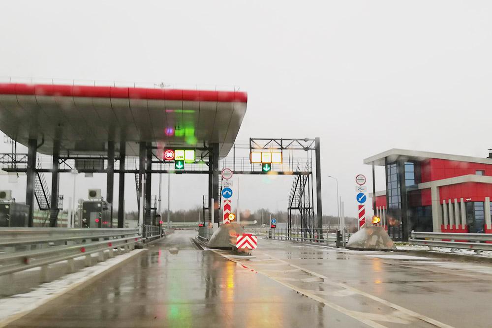 Так выглядит пункт оплаты при въезде на М11 со стороны Великого Новгорода. Правая полоса — для оплаты наличными или картой, там нужно полностью остановиться. Левая полоса — для проезда по транспондеру. Там не надо останавливаться, но нужно проезжать ее со скоростью не больше 30 км/ч, если шлагбаум откроется