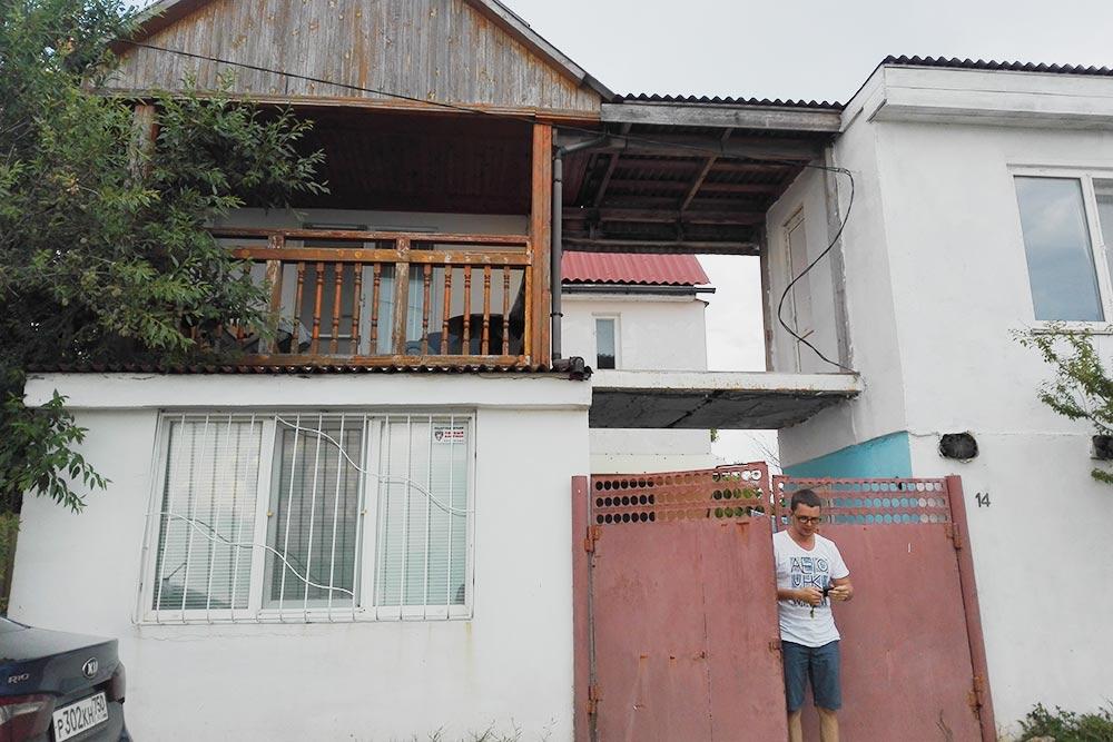 Этот домик мы сняли на краю обрыва мыса Фиолент за 1500<span class=ruble>Р</span> в сутки. Он был старенький и с туалетом на улице