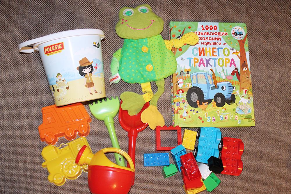 Много игрушек мы не брали: пляжные формочки, 15—20 деталей конструктора, любимую книжку и лягушку-погремушку