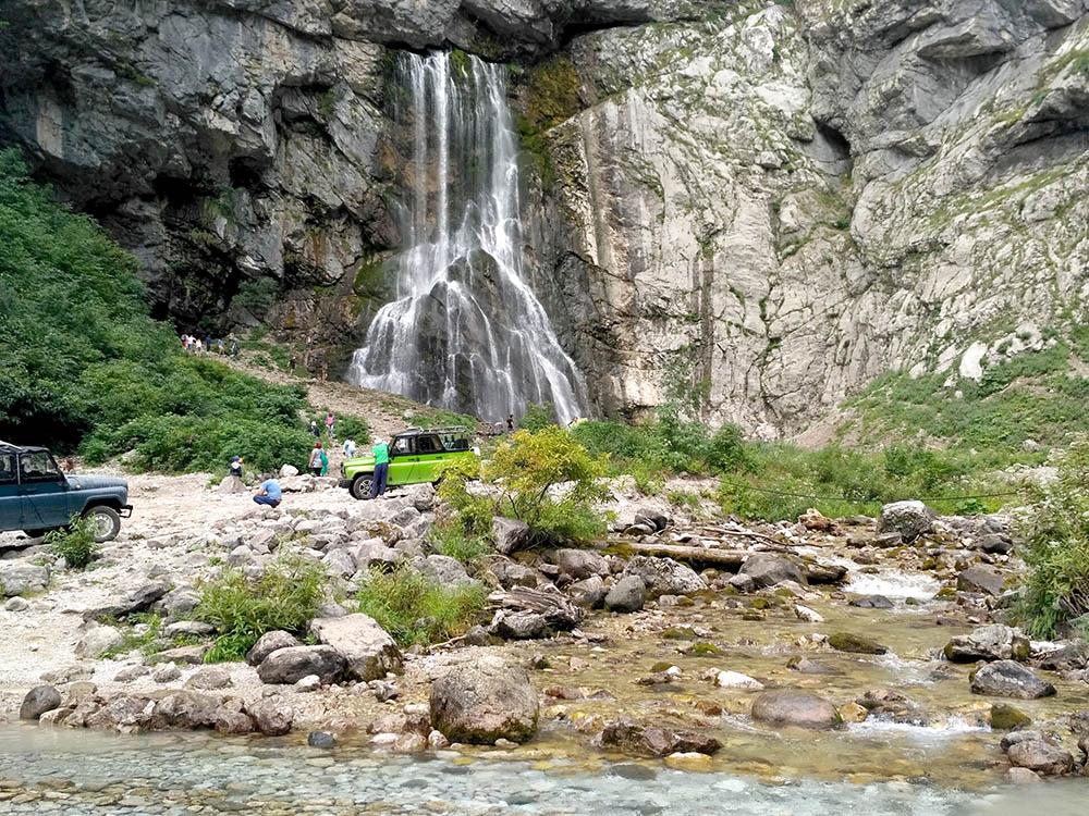 Гегский водопад высотой 52 метра можно увидеть на экскурсии в горах
