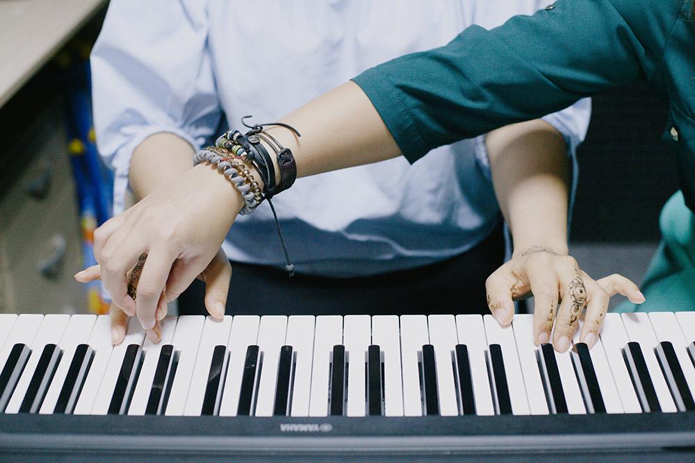 Преподаватель спрашивает у ученика, для чего он хочет заниматься музыкой и какие цели ставит, а потом строит уроки в зависимости от этого