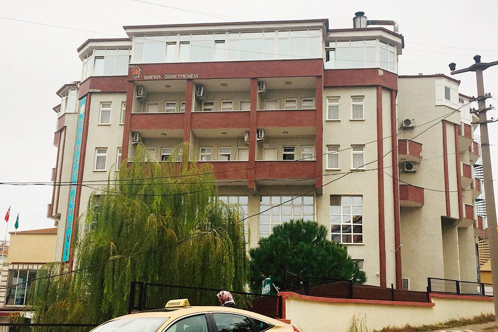 «Дом учителя» — отель, где работает шеф-поваром моя свекровь. Это место — одно из самых популярных в городе, здесь обедают представители политических партий