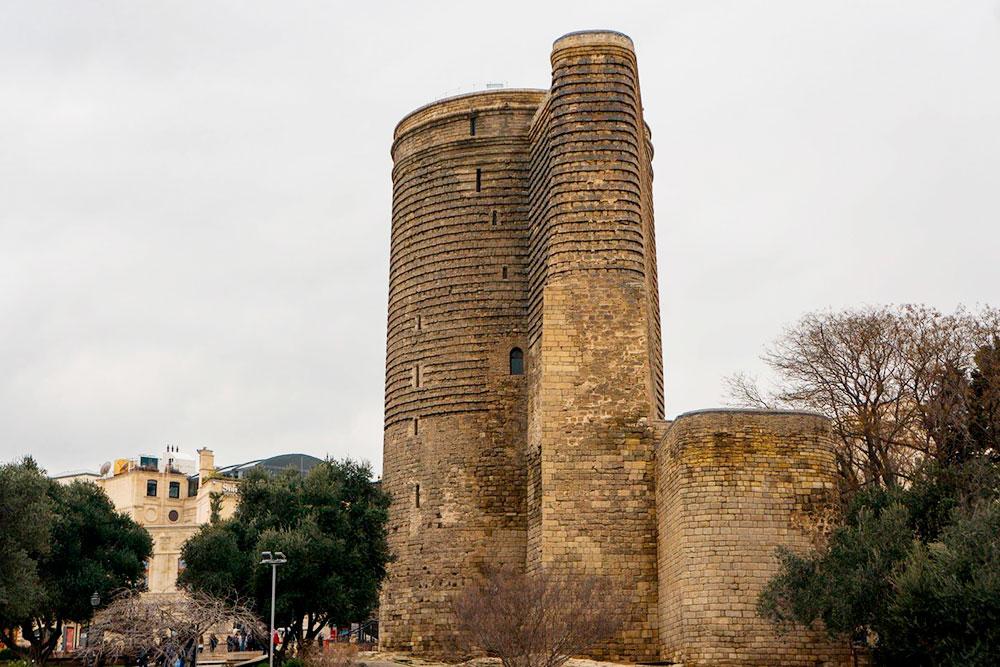Наверху Девичьей башни есть смотровая площадка. Вход платный — 15₼. Судя поотзывам, виды уступают тем, что открываются изНагорного парка