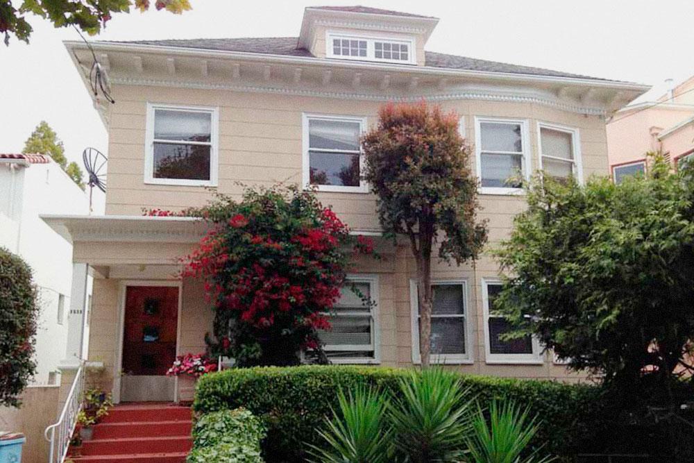 Наш дом в Гурме-Гетто, мы жили на втором этаже — там была спальня, гостиная, столовая и кухня
