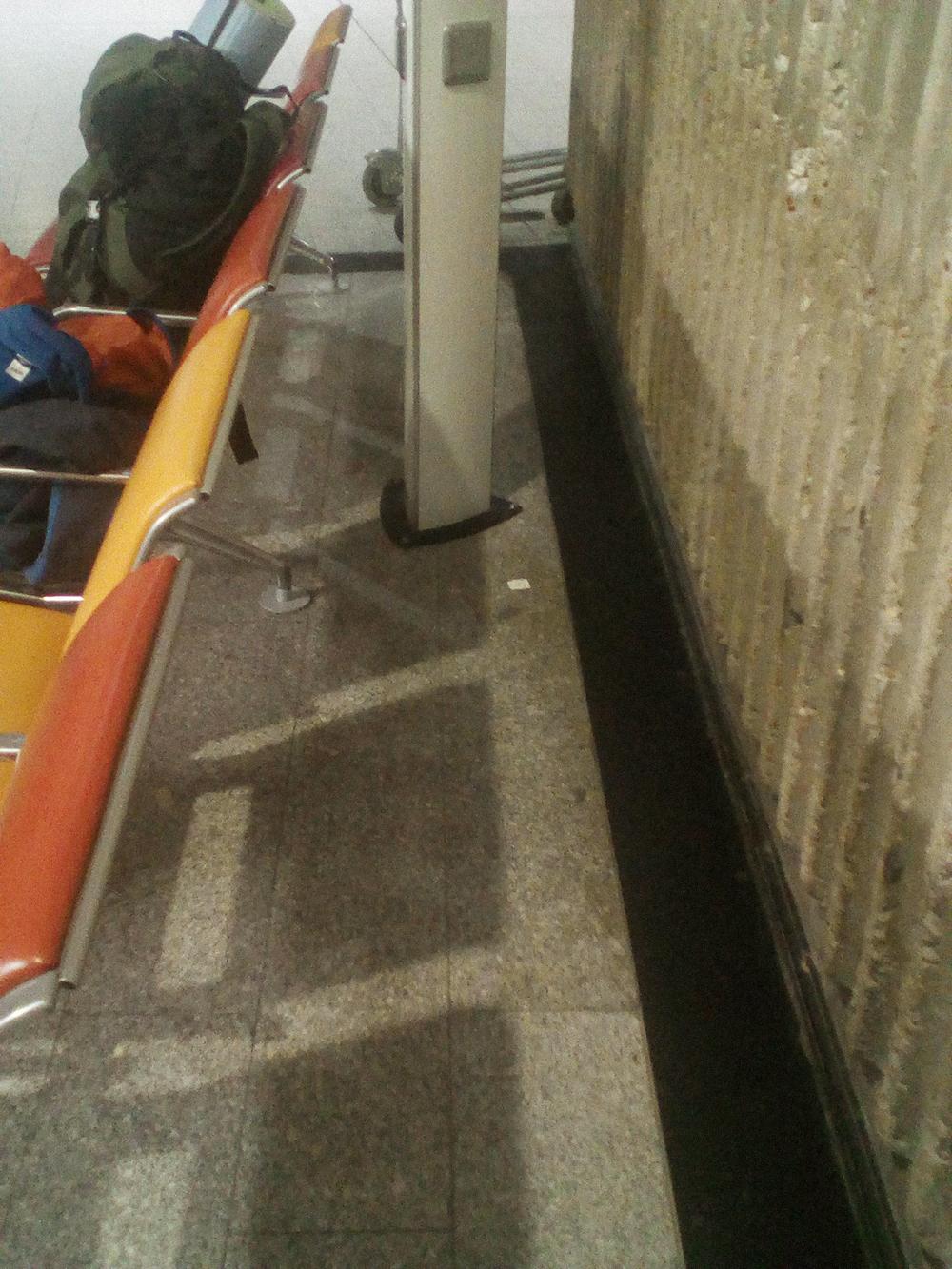 В аэропорту я спал на туристическом коврике в этом уголке. Намного удобнее, чем на сиденьях, и есть розетка под боком