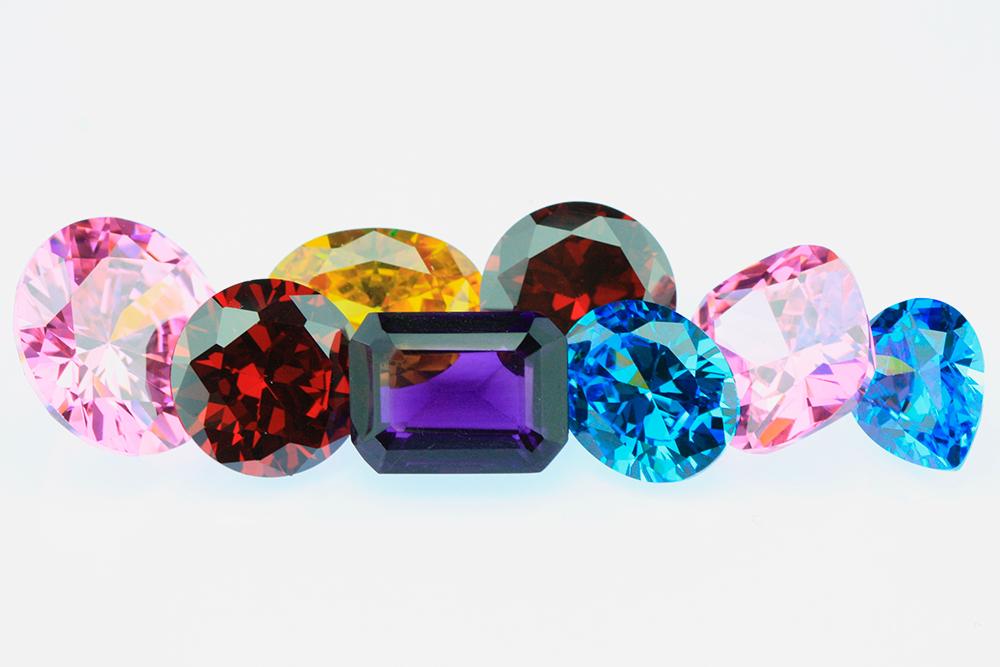 Бриллианты фантазийной окраски. Зеленые бриллианты и алмазы очень редкие. Их добывают в Южной Америке и Африке. Фото: Shutterstock