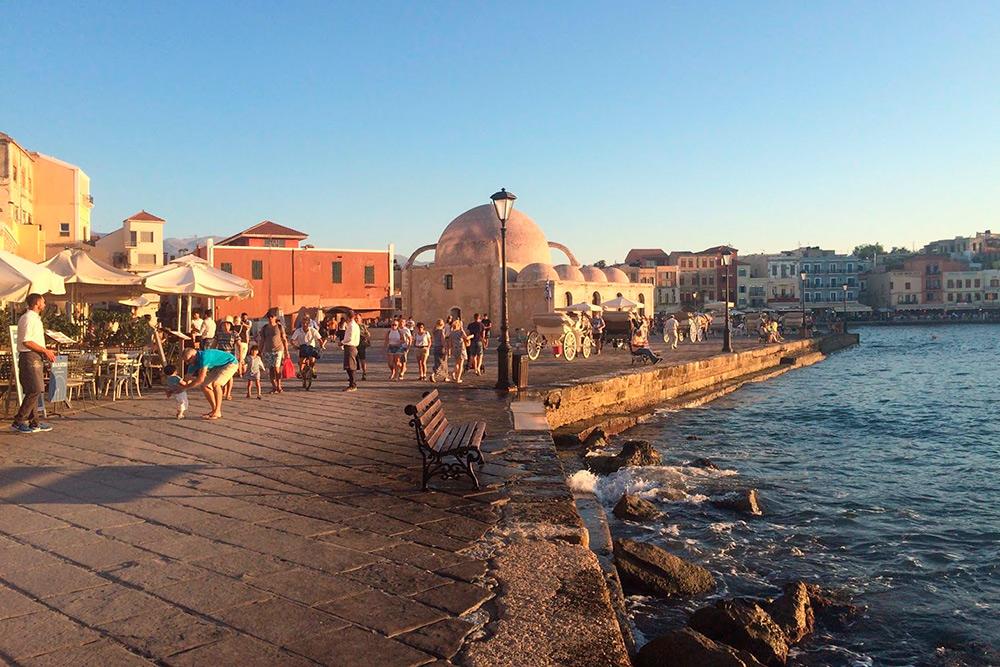 В Ханье есть мечеть, напоминающая осьминога, и романтичная мощеная набережная. Из-за нее город прозвали критской Венецией. В городе отдыхают самостоятельные путешественники, в основном европейцы