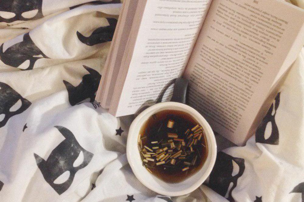 Мой типичный вечер. С детства привыкла читать до поздней ночи. Обожаю родителей за то, что разрешали засиживаться и не было никакого фонарика под одеялом
