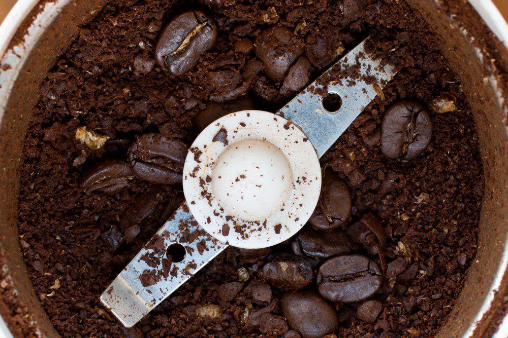 Часть помола мелкая, а часть — очень крупная, прямо целые зерна остались. Это плохой помол. Фото: Shutterstock