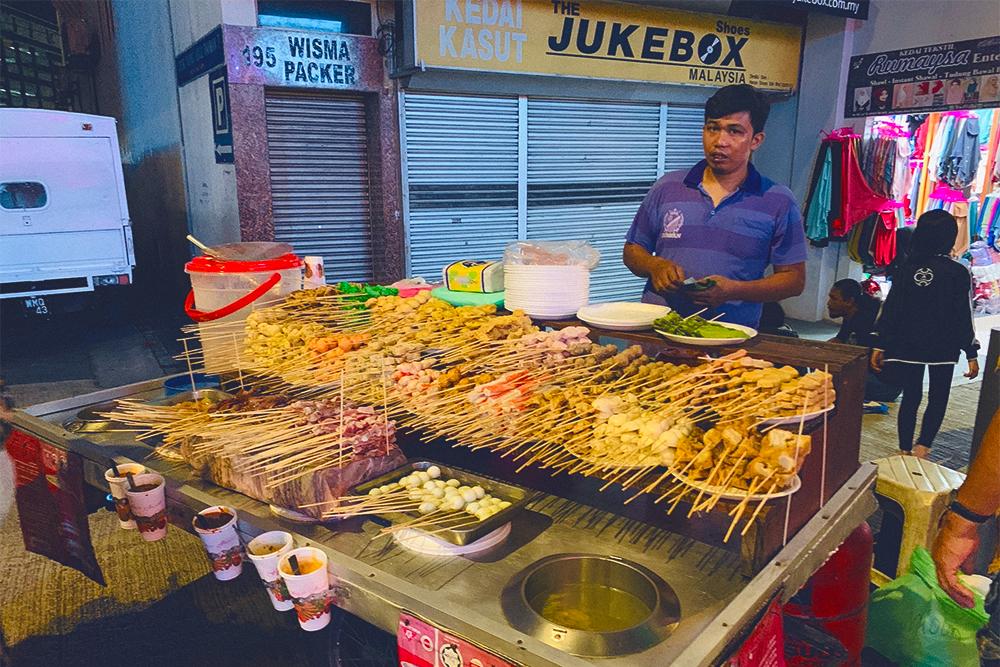 В кухне на колесах предлагают выбрать тофу, мясо или овощи на палочке, а затем самим варить до готовности в остром бурлящем супе. Одна палочка стоит от 2 RM (31<span class=ruble>Р</span>)