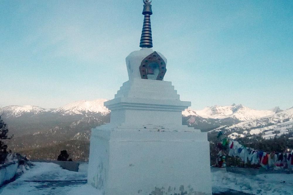 А это буддийский субурган рядом совъездом вгалерею