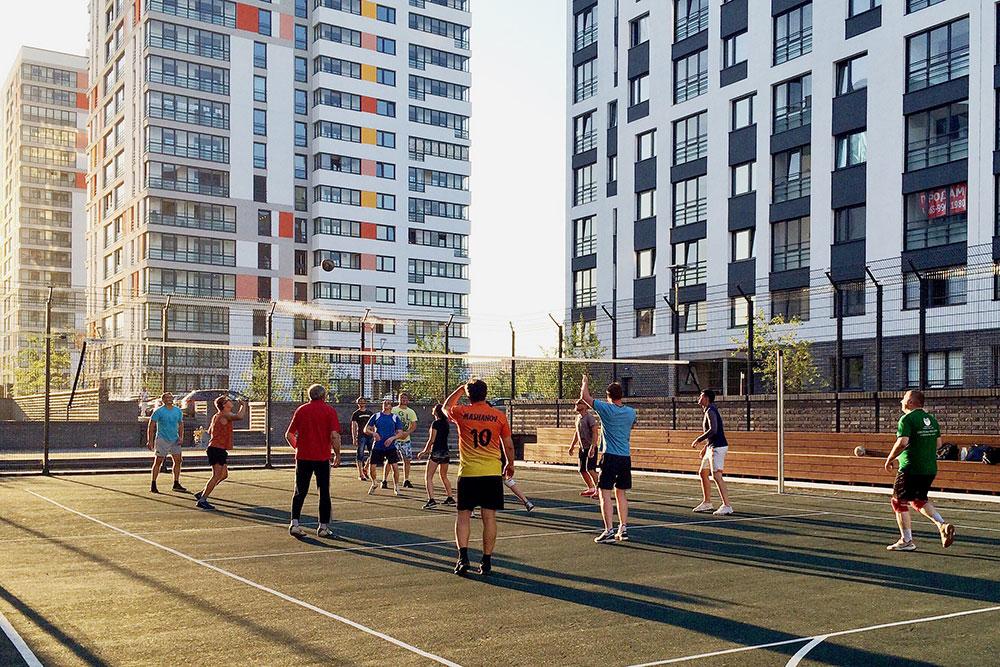 Обычный вечер, соседи рубятся в волейбол в том же ЖК в квартале рядом