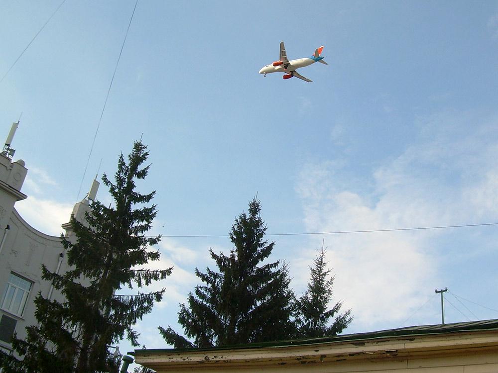 Этот снимок я сделал на улице Чокана Валиханова, в самом центре Омска. Самолеты всегда пролетают здесь на такой высоте