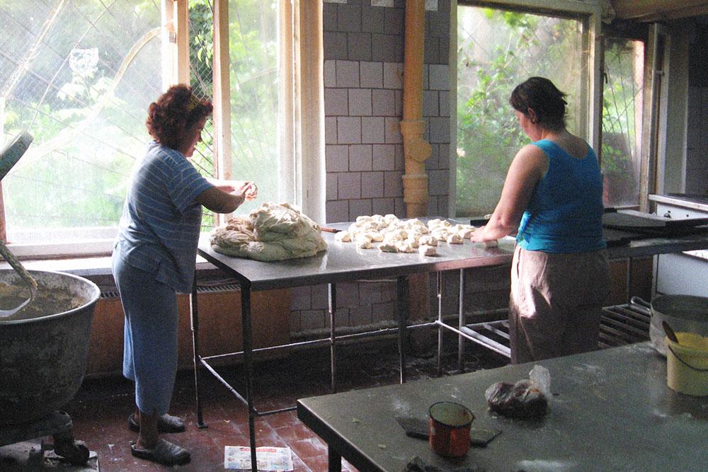 Это дополнительные работницы — они выходили на смену, когда основные не справлялись с объемами. Подошло тесто, пекарши достали его из тестомеса и лепят булки для хот-догов