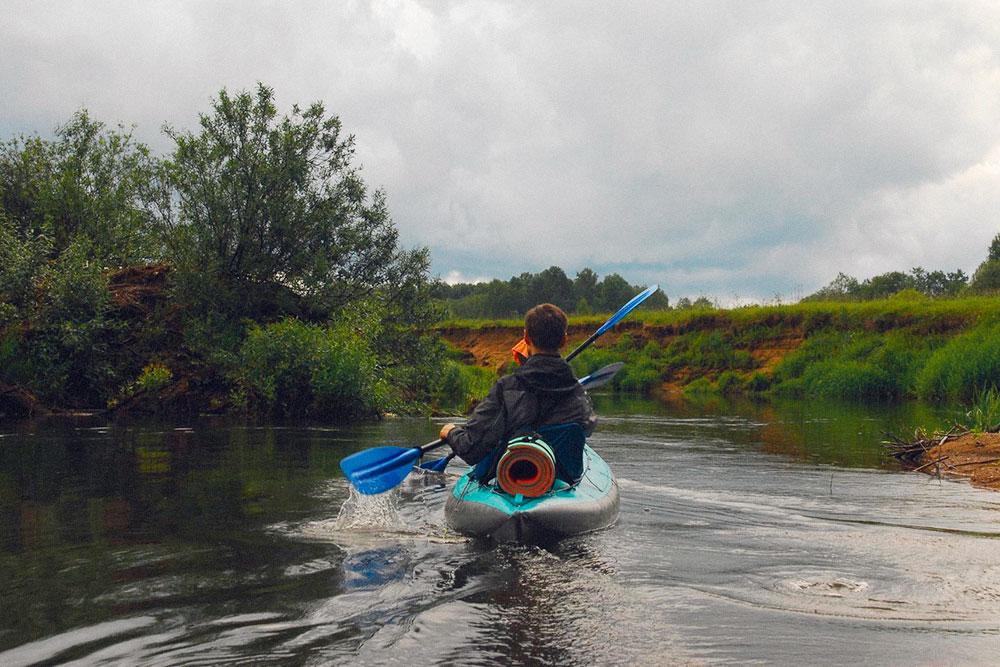 Река Тьма в Тверской области подойдет для первого похода. Из препятствий — мелководные участки. Их не нужно заранее осматривать с берега. Если вдруг застряли, можно просто выйти из воды и подтолкнуть байдарку дальше