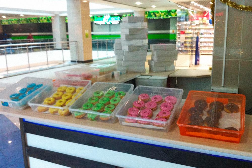 На точке не было холодильной витрины, поэтому пончики выкладывали в пластиковые контейнеры