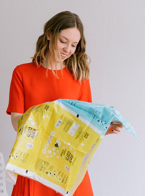 Для попкорна Алиса выбрала упаковку флоупак: это пакет с двумя поперечными и одним продольным швом. Он бюджетнее остальных и позволяет максимально плотно нагрузить коробки с продуктом