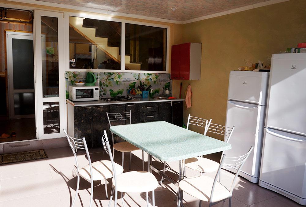 За чистотой на кухне Дмитрий следит ежедневно — моет пол, раковину и столешницы
