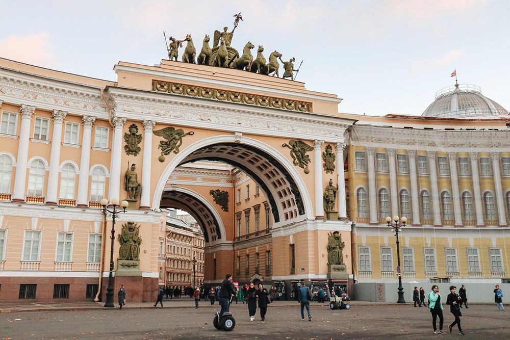 Если встать спиной к Зимнему дворцу, вход в Главный штаб будет слева от триумфальной арки, что на фото. Фото: АнастасияОсян