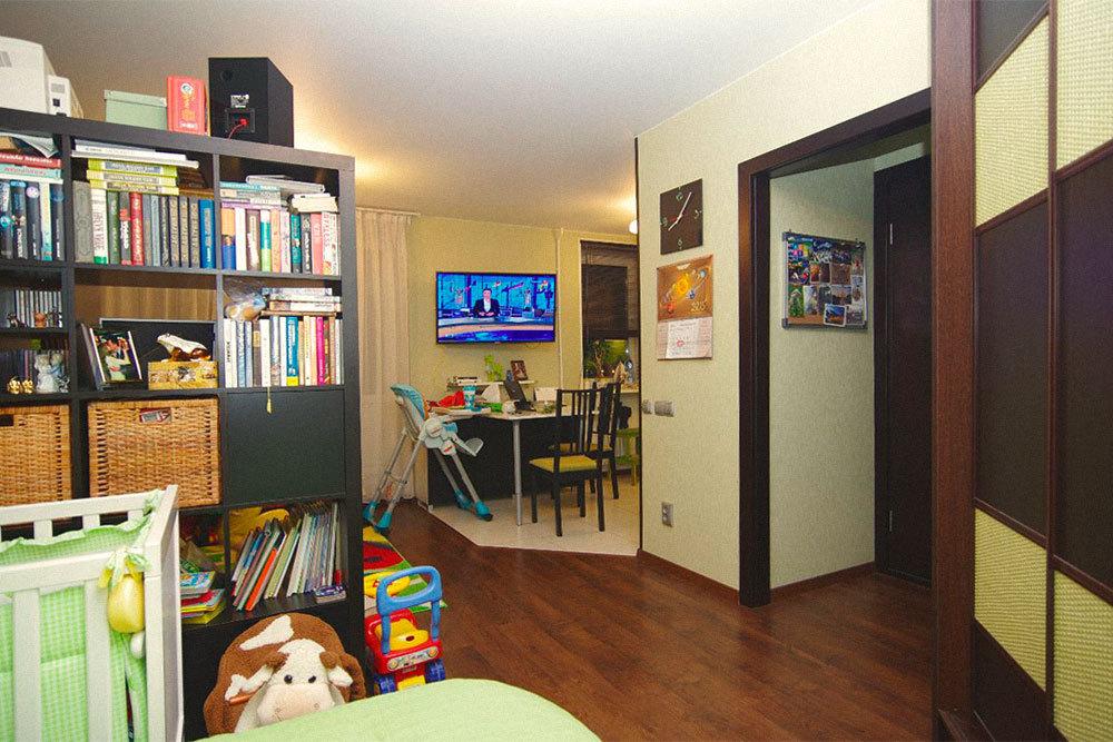 В старых домах в студии превращают малогабаритные однокомнатные квартиры с кухнями площадью всего 6 м². После перепланировки получается просторная кухня-гостиная