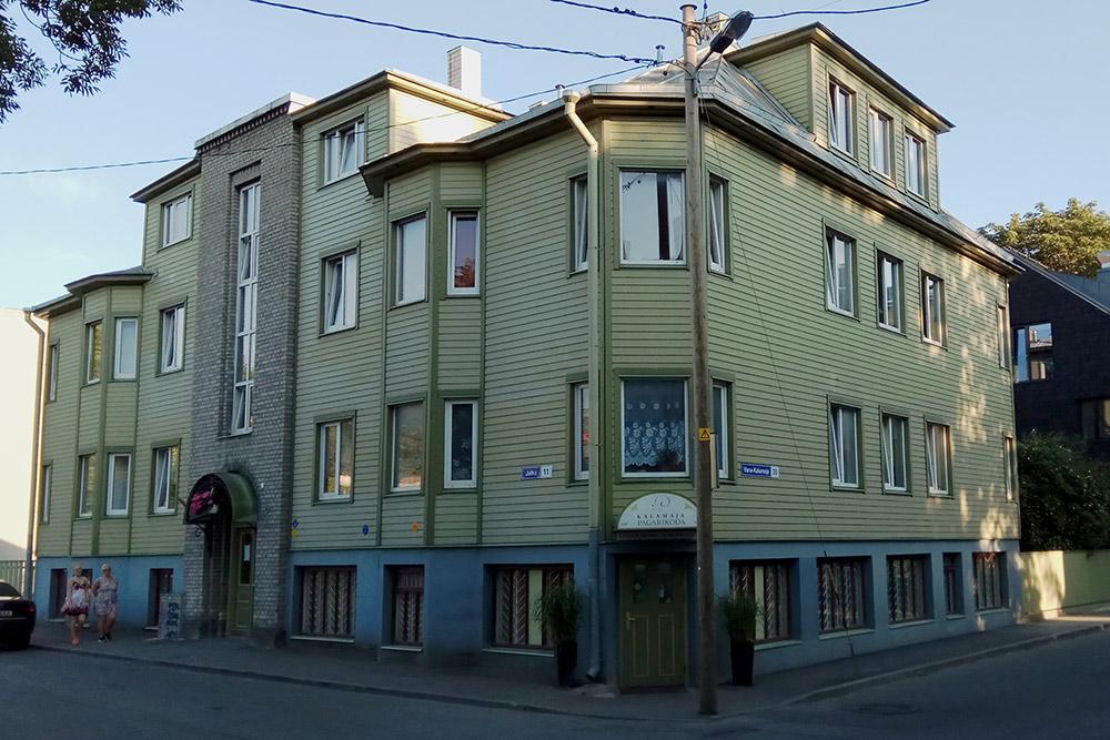 Часто встречающаяся конструкция дома: в середине каменный подъезд, а слева и справа деревянные пристройки с квартирами
