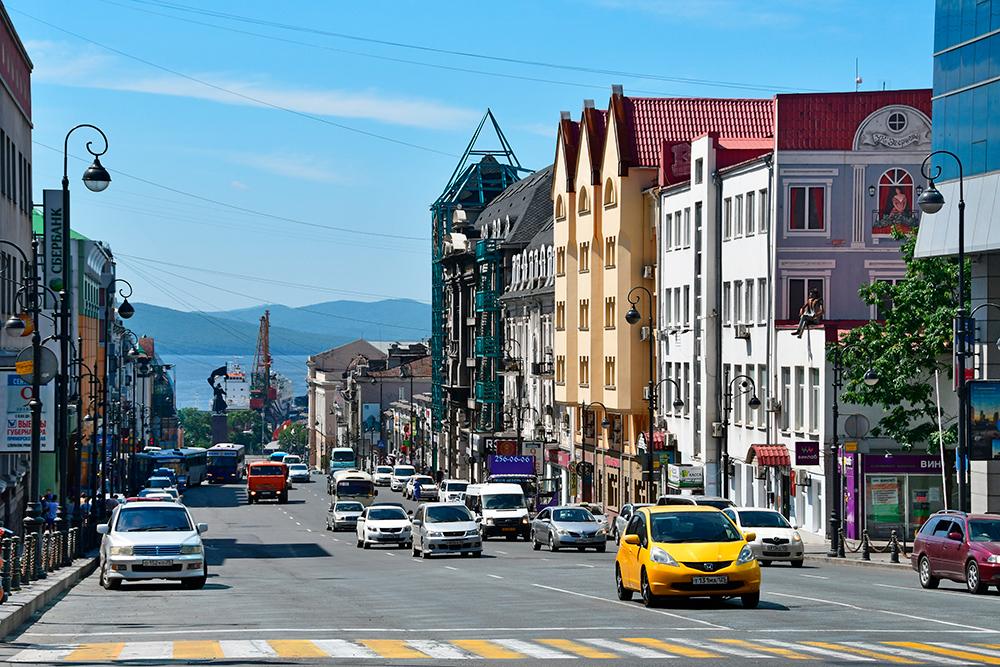 Океанский проспект в центре Владивостока, который спускается к бухте Золотой Рог. Фото: Shutterstock