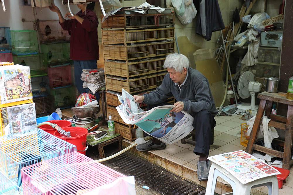 Один из самых молодых продавцов на птичьем рынке. В основном тут все гораздо старше