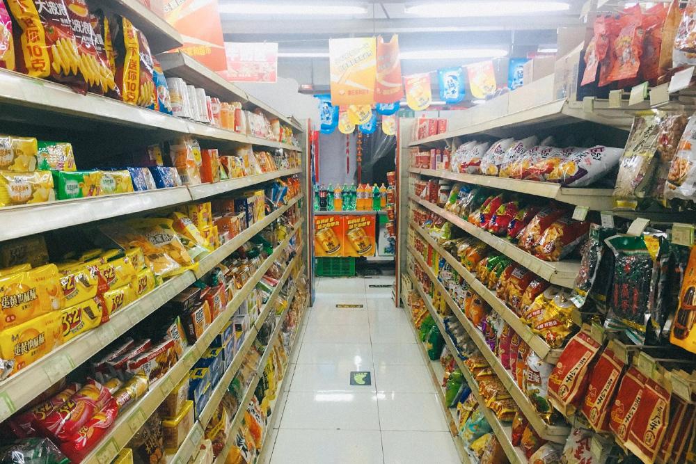 Когда я в первый раз попала в типичный китайский магазин, то не понимала, что из этого не опасно для здоровья. Такие снеки китайцы едят редко — они любят готовить дома и встречаться за столом в ресторанах