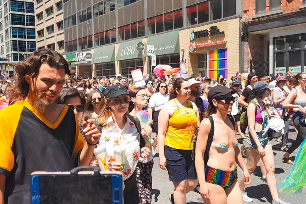 В параде гордости в Торонто участвовали люди всех возрастов