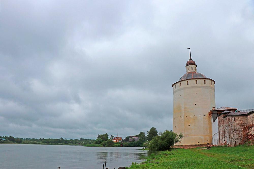 Одна из башен музея в Кириллове, вид с берега Сиверского озера. В нем обитают совершенно ручные утки. И есть поверье, что, окунувшись в его воды, можно помолодеть. Я не пробовала