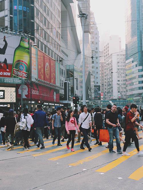Воскресный день в районе Causeway bay, где много разных магазинов. Крупные торговые центры здесь есть почти на каждой станции метро, и покупателей полно