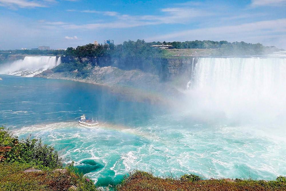 Брызг так много, что можно промокнуть, даже глядя на водопад издалека