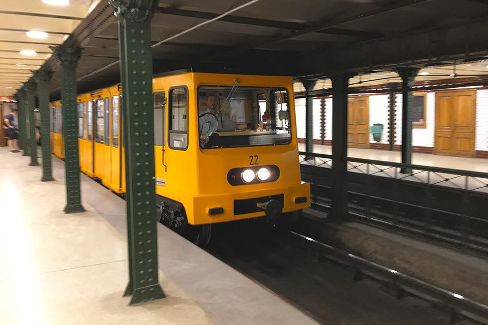 Первое в мире метро на электрической тяге появилось именно в Будапеште в 1896 году. На фото одна из старейших станций Vörösmarty tér желтой линии М1 — по ней курсируют только старые желтые составы Ganz