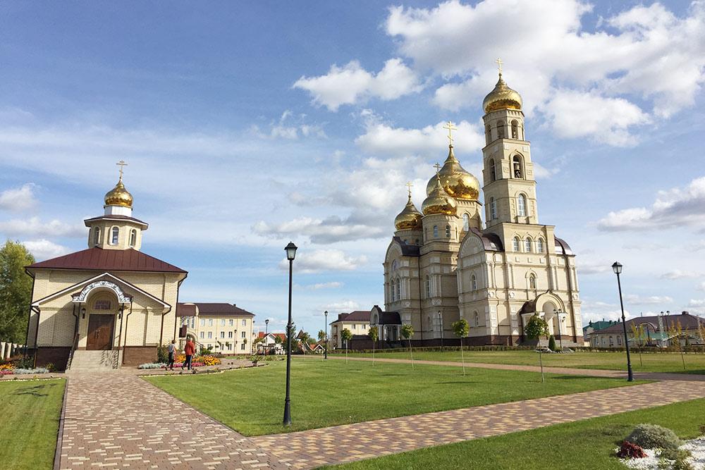 В 2017 году под Орлом, в поселке Вятский Посад, открыли духовно-православный центр. Мои знакомые любят приезжать сюда с детьми — здесь часто проводят праздники, бесплатные мастер-классы, викторины, есть современная игровая площадка
