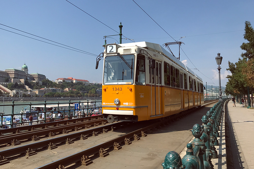 Такие старенькие желтые трамваи стали символами Будапешта. Трамвай № 2 ходит по одному из самых красивых маршрутов. Многие туристы просто катаются на нем и смотрят из окон на разные достопримечательности