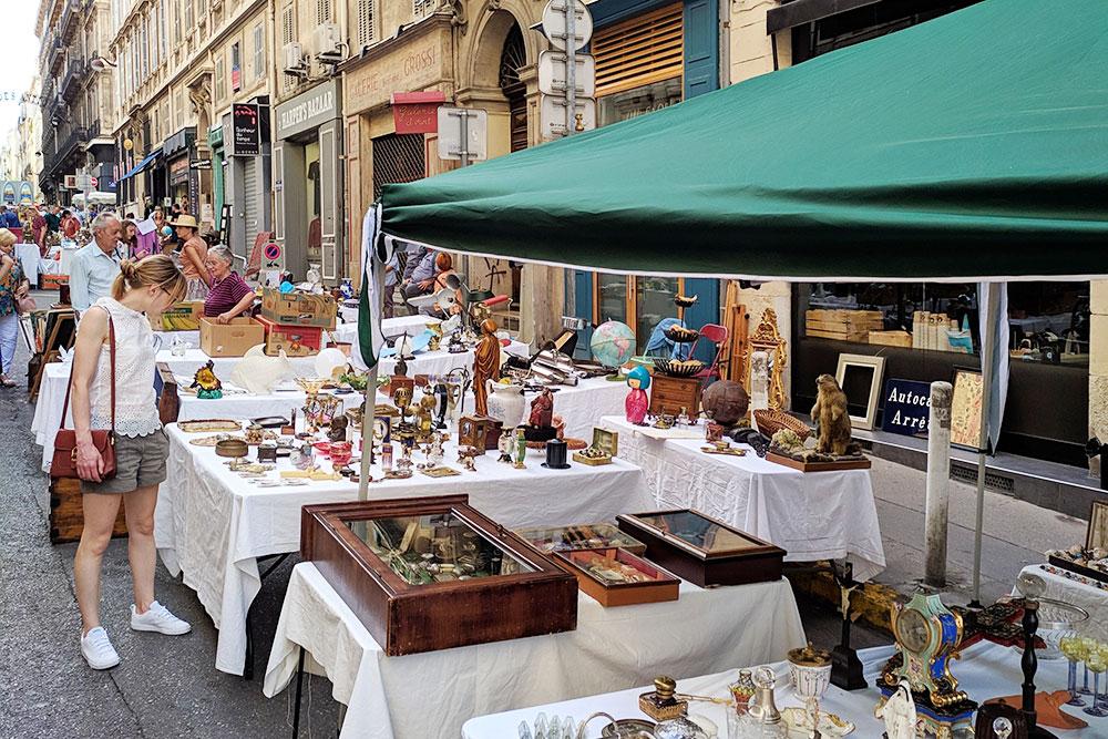 Французы очень хорошо относятся к б/у товарам, поэтому здесь часто устраивают блошиные рынки, где можно найти за копейки все что угодно