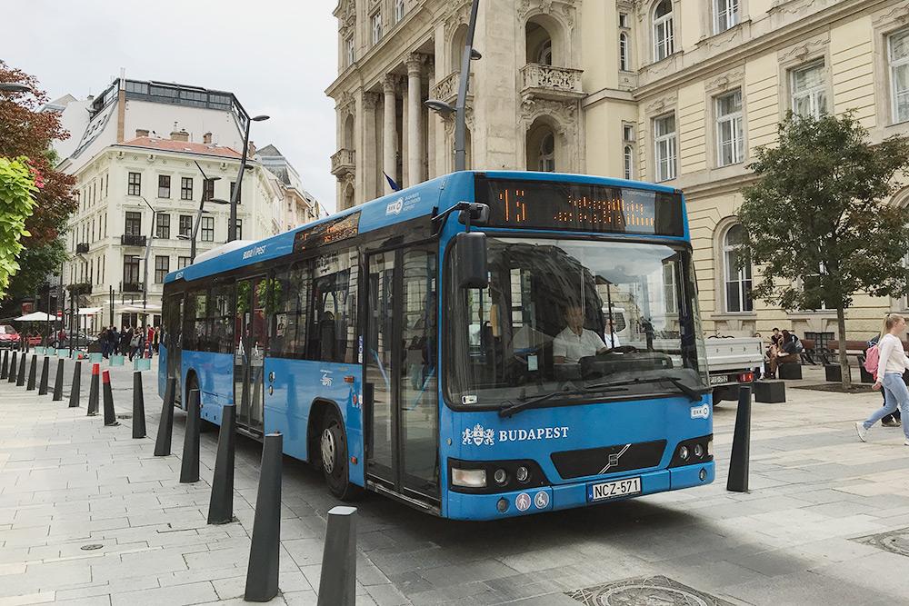 Автобусы в Будапеште тоже современные — низкопольные, с кондиционерами, системой оповещения водителя и местом для колясок. По городу автобусы ходят по выделенным полосам