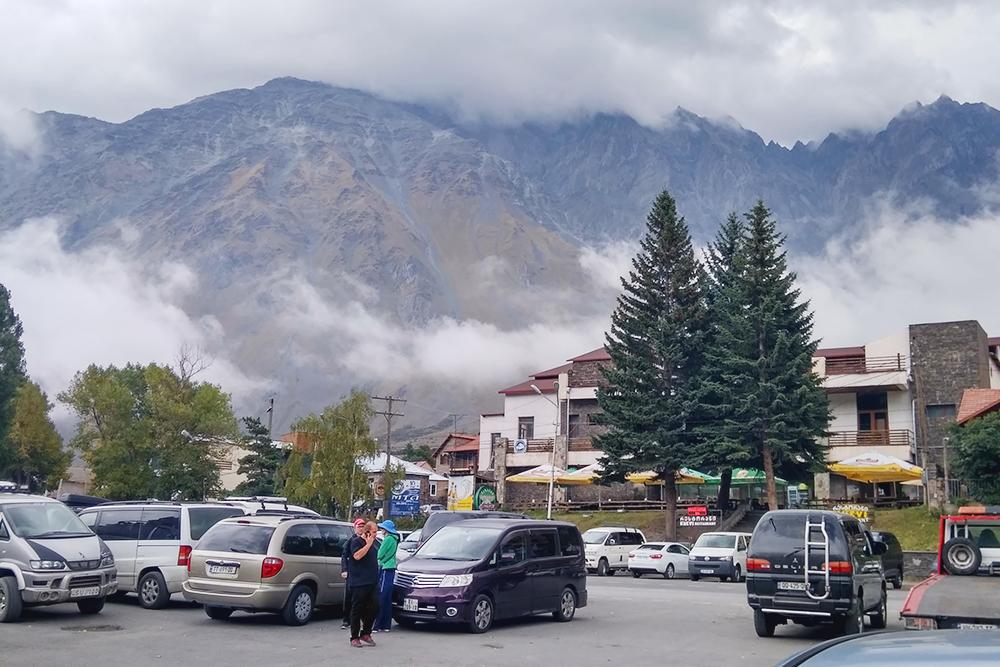 Степанцминда — первый населенный пункт после границы. Раньше он назывался Казбеги