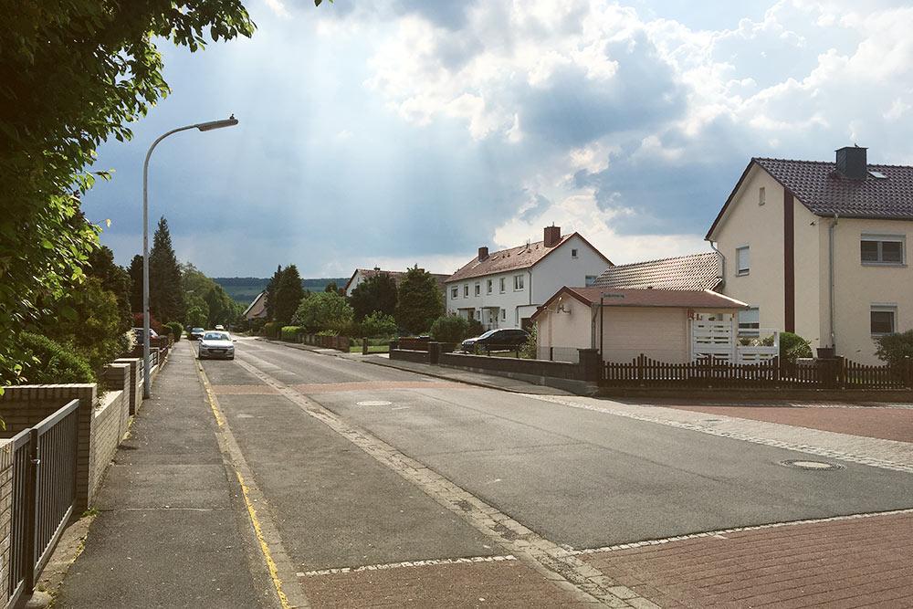 Фридланд оказался довольно милым городком. Тихие, почти безлюдные улочки с домами на одну-две семьи, аккуратно подстриженные газоны, церквушка и пара магазинов в округе