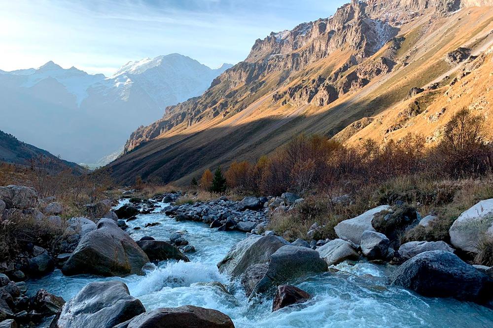 Горные реки ледяные — купаться в них не получится. Зато из них можно набрать вкусной воды