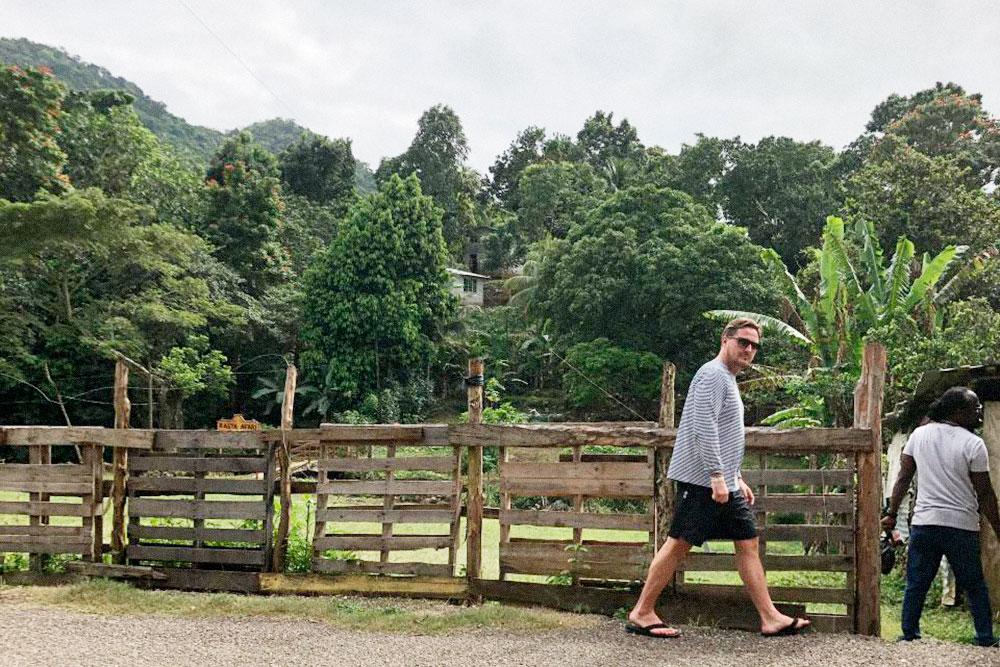 Руслан на плантации манго на Ямайке