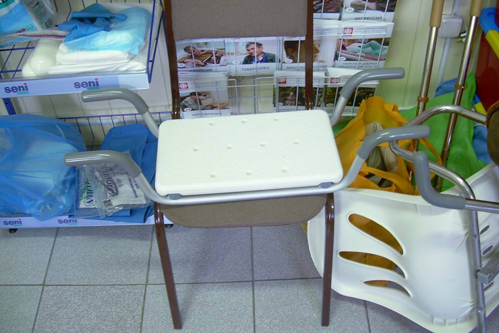 Сиденье для ванны — это как стул, но без спинки. Сиденья и стулья для ванной стоят 3000—10 000<span class=ruble>Р</span>