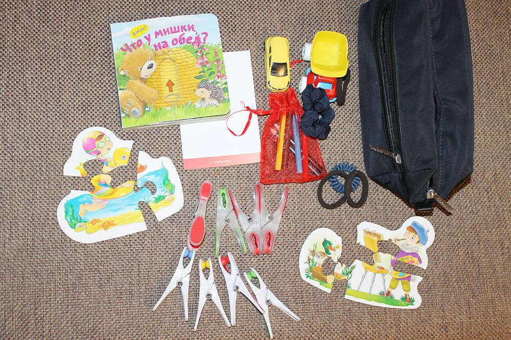 Игрушки для самолета поместились в косметичку. В самолете сын спал и сумочка не пригодилась, зато мне было спокойнее: знала, что в случае чего смогу развлечь ребенка