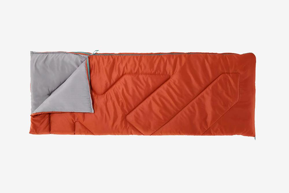 Простой спальный мешок за 1800<span class=ruble>Р</span>. Такой подходит только для&nbsp;теплой погоды. То есть для&nbsp;Турции в теплое время года — отлично, для&nbsp;летней Карелии — вряд&nbsp;ли. Фото: Декатлон